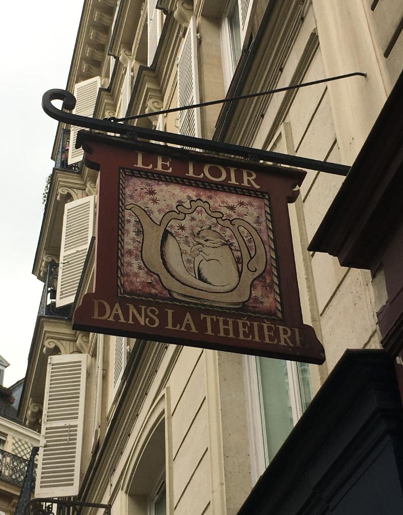 A day in Paris, Le Loir dans La Théière